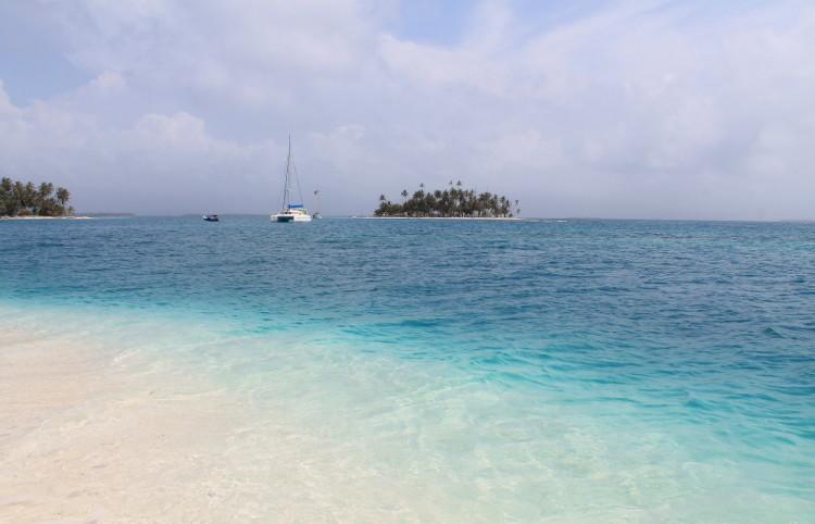 Isla Coco Bandera, a stunning island in the San Blas island chain