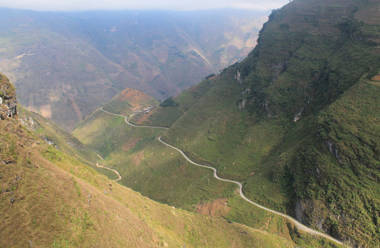Dong Van to Meo Vac along the Ma Pi Leng Pass: A winding road