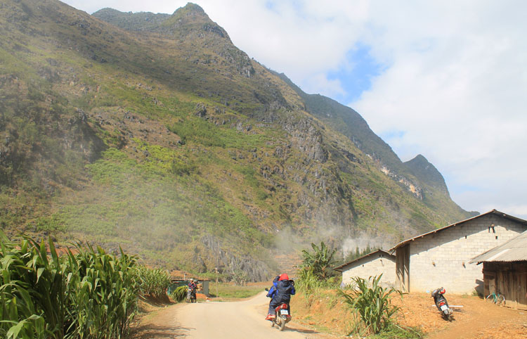 Dong Van to Meo Vac along the Ma Pi Leng Pass: Locals on motorbikes
