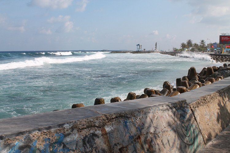 A day in Malé - good waves for surfing