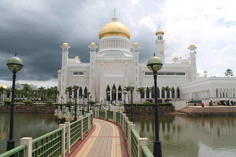 Backpacking in Southeast Asia highlights: The Sultan Omar Ali Saifuddin Mosque in Bandar Seri Begawan, Brunei