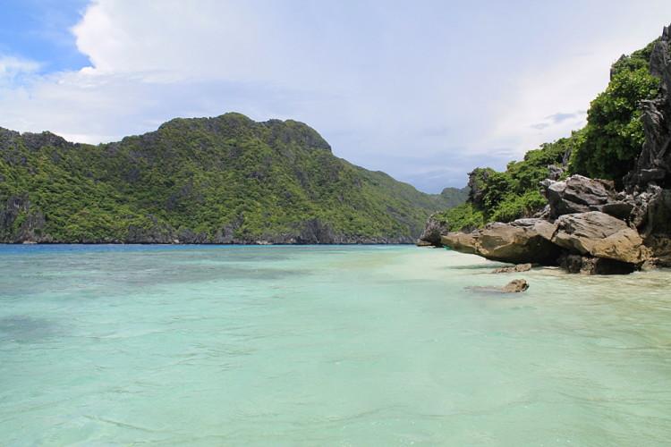 Island hopping in El Nido - clear blue water