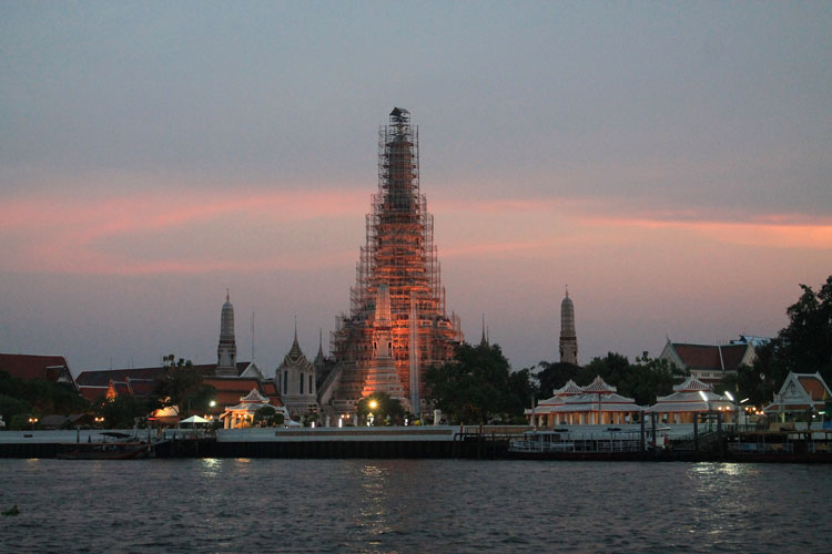 Best things to do in Bangkok, Thailand-- Wat Arun at sunset