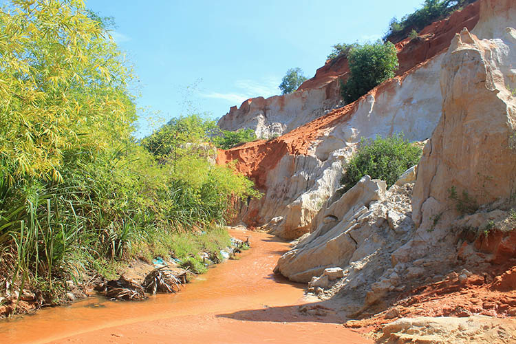 The Mui Ne sand dunes tour: Walking through the Fairy Stream