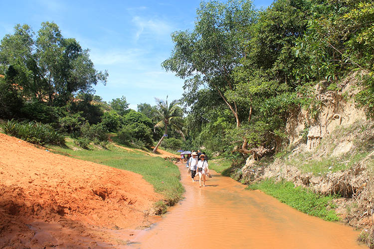 The Mui Ne sand dunes tour -- the Fairy Stream